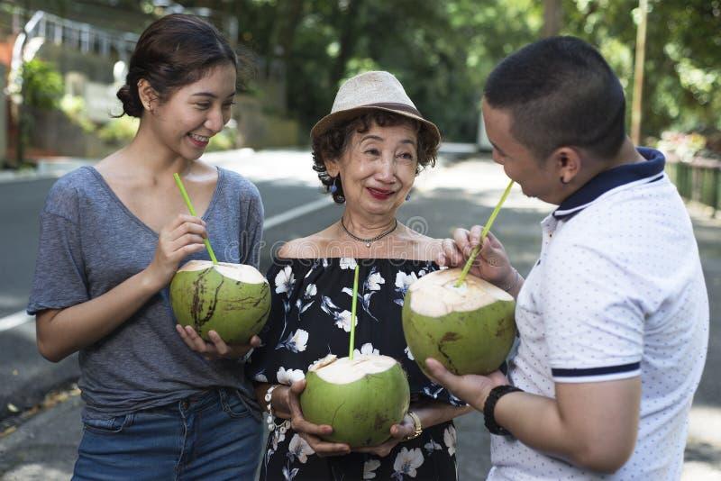Auffrischung mit Kokosnuss-Saft stockfotos