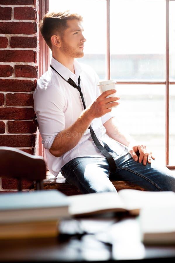 Auffrischung seines Verstandes mit Tasse Kaffee lizenzfreies stockbild