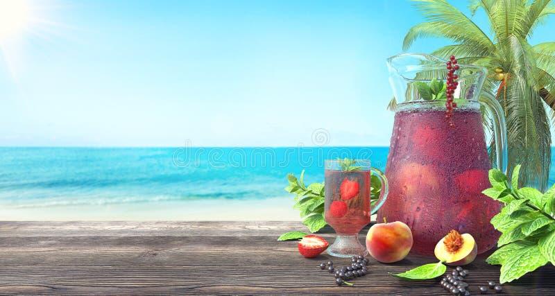Auffrischungsfruchtsaft auf dem tropischen Strand, Sommerhintergrund stock abbildung