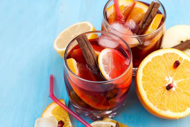 Auffrischungsfruchtsangria Orange und Carafe mit Zitrusfruchteiswasser stockbild