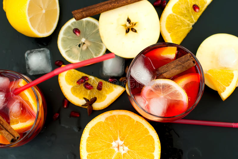 Auffrischungsfruchtsangria Orange und Carafe mit Zitrusfruchteiswasser lizenzfreie stockfotos