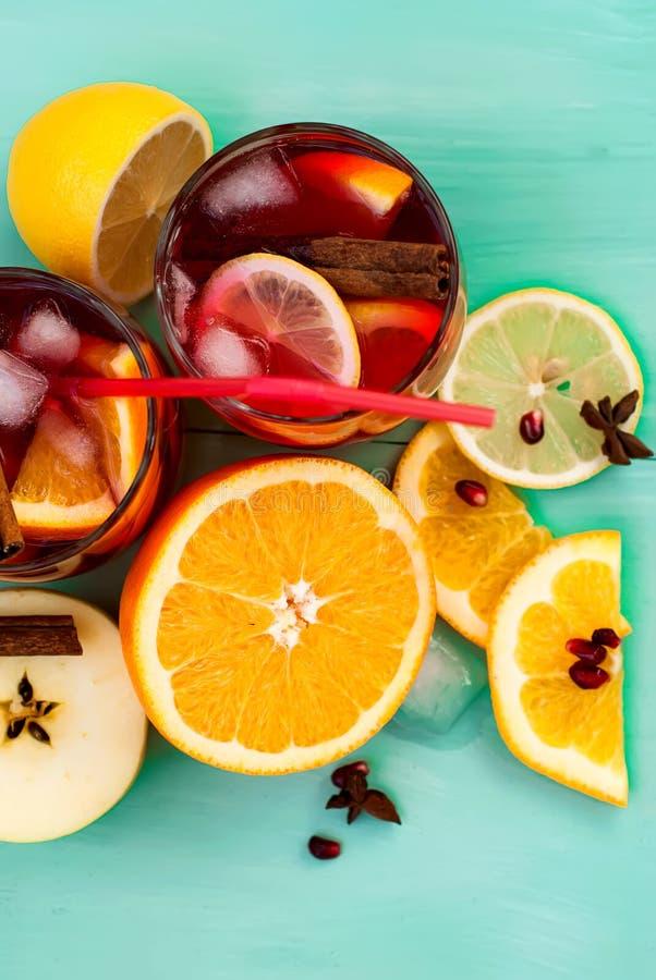 Auffrischungsfruchtsangria Orange und Carafe mit Zitrusfruchteiswasser lizenzfreies stockfoto