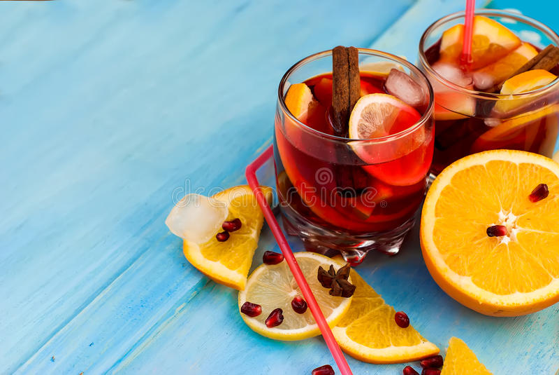 Auffrischungsfruchtsangria Orange und Carafe mit Zitrusfruchteiswasser stockfoto