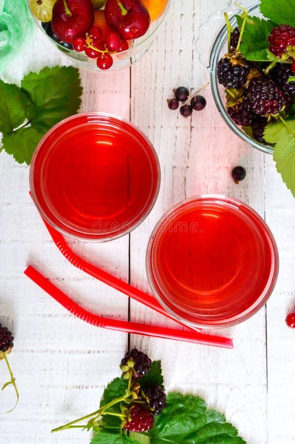 Auffrischungsgetränkkompott von Sommerbeeren in den Gläsern lizenzfreies stockbild