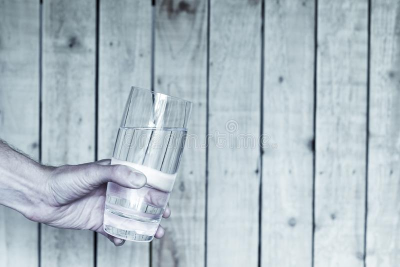 Auffrischungsglas kaltes Wasser, das durch die männliche Hand hält ein Glas angeboten wird lizenzfreie stockfotografie