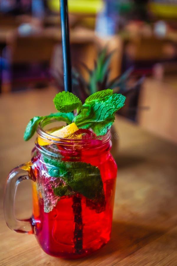 Auffrischungshimbeernicht alkoholisches Cocktail mit tadelloser Garnierung und Zitrone stockbilder