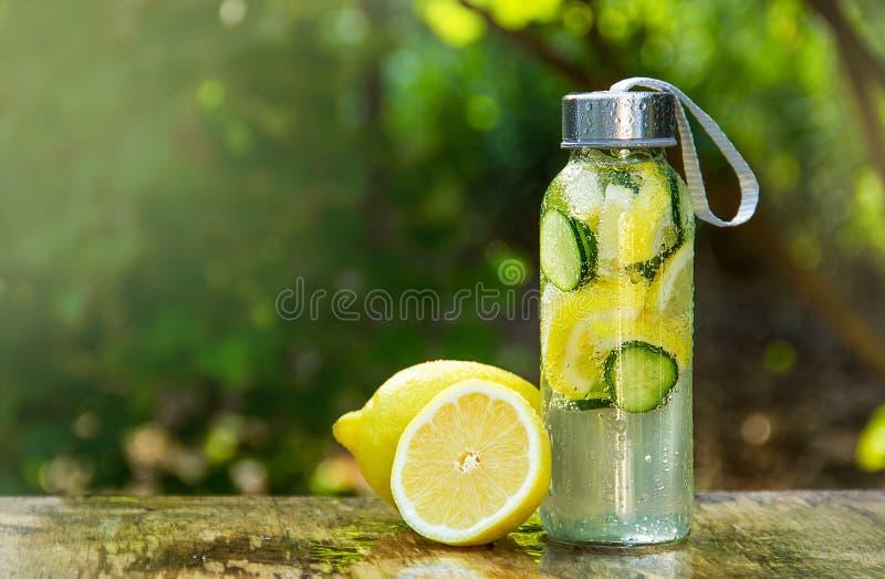 Auffrischungslimonade mit Gurke Getränk mit Zitrone und Gurke Freches Wasser lizenzfreies stockfoto