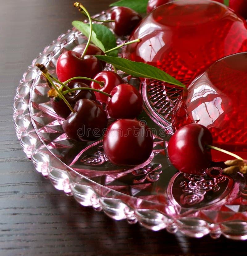 Auffrischungsnachtisch des Sommers - rote Beeren gelieren mit Kirschen stockbilder
