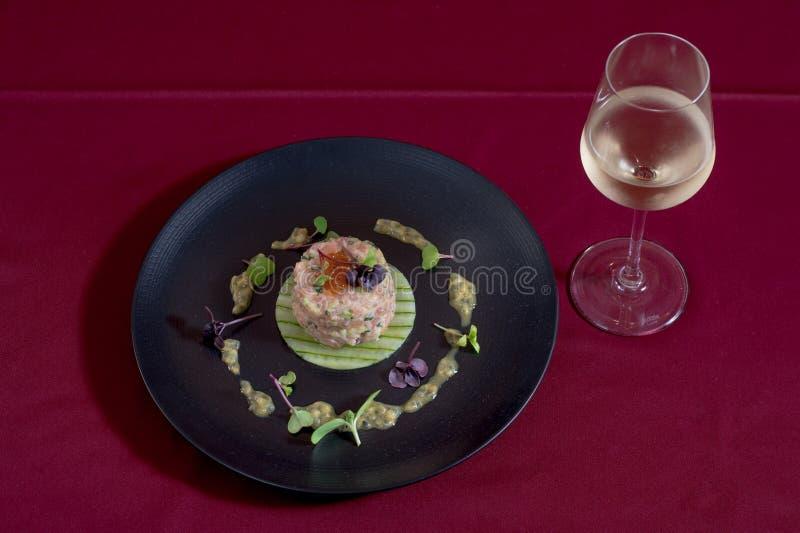 Auffrischungssalate mit Fischen, die für Frühstück, das Mittagessen oder Abendessen gedient werden können GRÜNES, SCHWARZES PLATd stockfoto