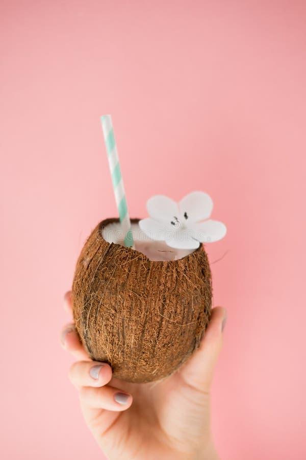 Auffrischungssommer-Getränke Kokosnussgetränk auf Pastellrosahintergrund Modische Sommerfarbe stockfotos