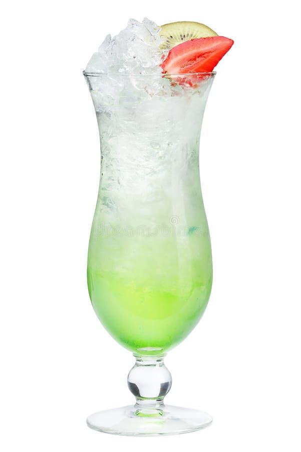 Auffrischungssommercocktail mit Erdbeer- und Kiwidekoration auf einem weißen Hintergrund Erneuerndes köstliches Getränk mit Eis stockbild
