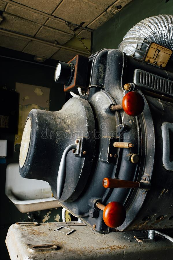 Aufgegebene beispiellose hohe Intensitäts-Lampen-Projektions-Ausrüstung Magnarc - verlassenes Vielzahl-Theater - Cleveland, Ohio stockfoto