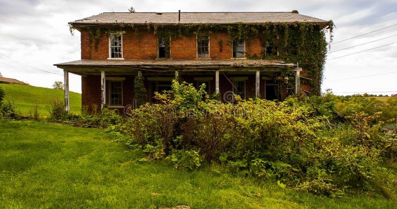Aufgegebene Gebäude u. überwucherte Anlagen - verlassenes Armenhaus lizenzfreies stockbild
