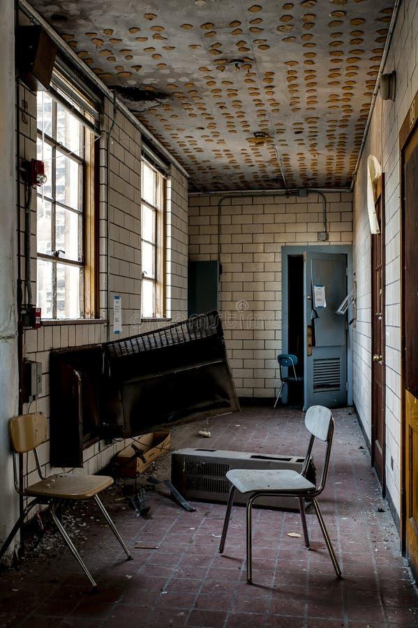 Aufgegebene Halle - verlassenes Heiliges Philomena School, Ost-Cleveland, Ohio lizenzfreie stockbilder