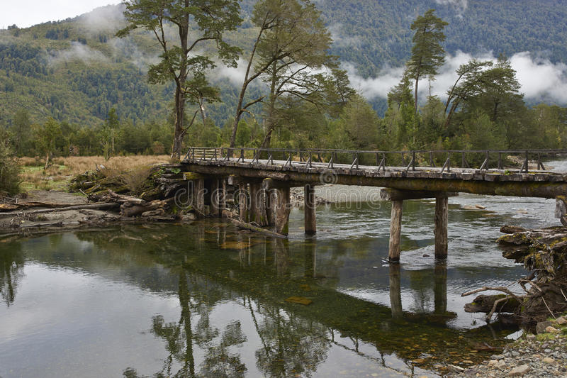 Aufgegebene Holzbrücke entlang dem Carretera Austral stockfotos