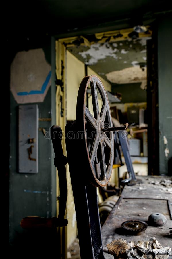 Aufgegebene Projektions-Ausrüstung u. Spule - verlassenes Vielzahl-Theater - Cleveland, Ohio stockfoto