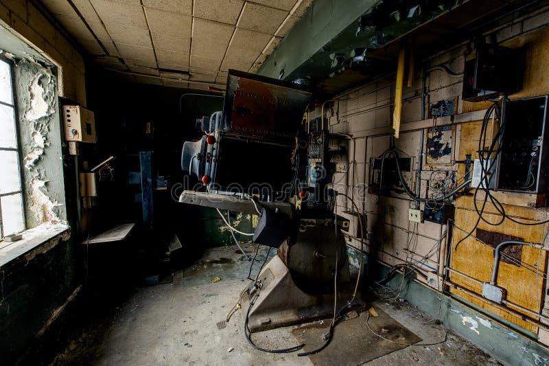Aufgegebene Projektions-Ausrüstung - verlassenes Vielzahl-Theater - Cleveland, Ohio stockfotografie