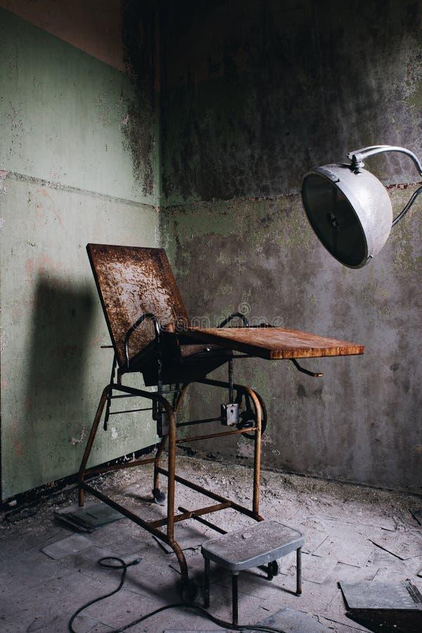 Aufgegebener gynäkologischer Prüfungs-Stuhl - verlassenes Westboro-staatliches Krankenhaus - Massachusetts lizenzfreie stockbilder
