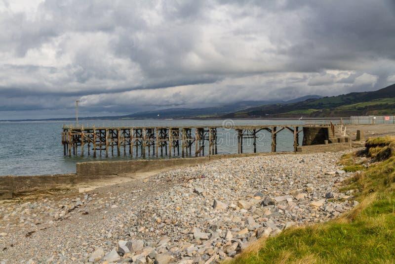 Aufgegebener Pier bei Trefor, Nord-Wales lizenzfreies stockbild