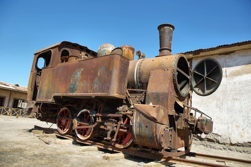Aufgegebener und verrostender Dampfzug in Humberstone, Chile lizenzfreie stockbilder