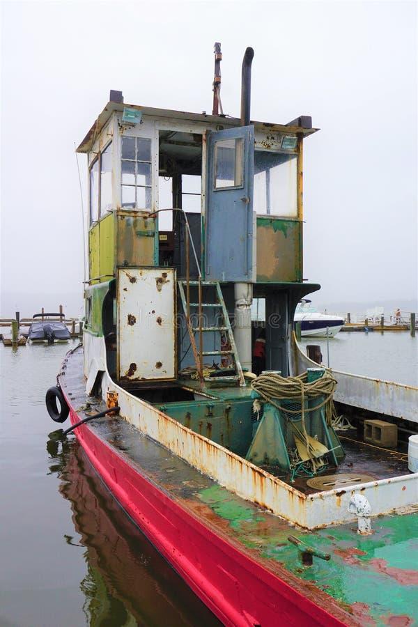 Aufgegebenes Fischerboot stockbild