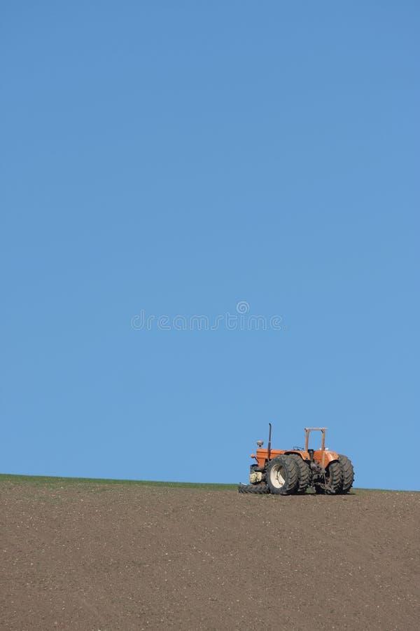 Aufgegliederter Traktor auf einem Abhang stockfotografie