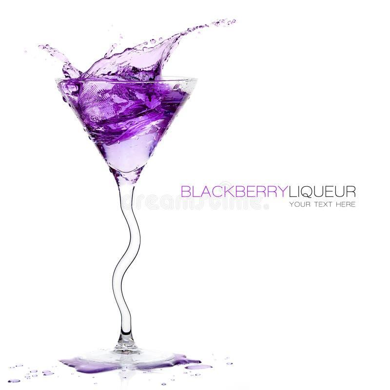 Aufgehaltenes Cocktail-Glas mit dem Blackberry-Alkohol-Spritzen Templat stockbild