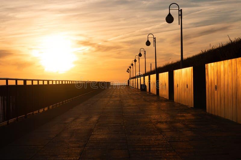 Aufgehende Sonne auf der Promenade lizenzfreie stockfotos