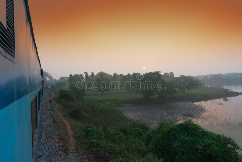 Aufgehende Sonne von der indischen Schiene stockbild