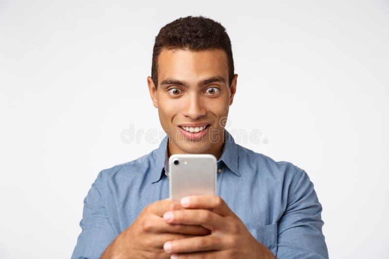 Aufgeregt, erstaunt Leute aufnehmen Video, fotografieren etwas Wunderbares und aufregendes, halten Sie Smartphone, starren Bildsc stockbilder