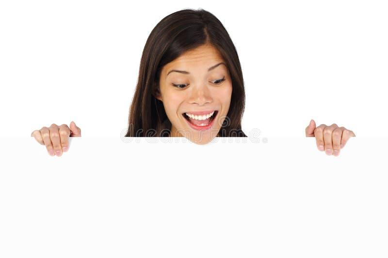 Aufgeregte Anschlagtafelfrau stockfotos