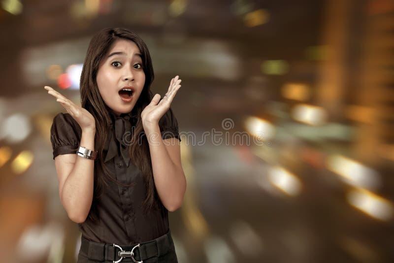 Aufgeregte asiatische Frau, die Black Friday feiert lizenzfreie stockfotos