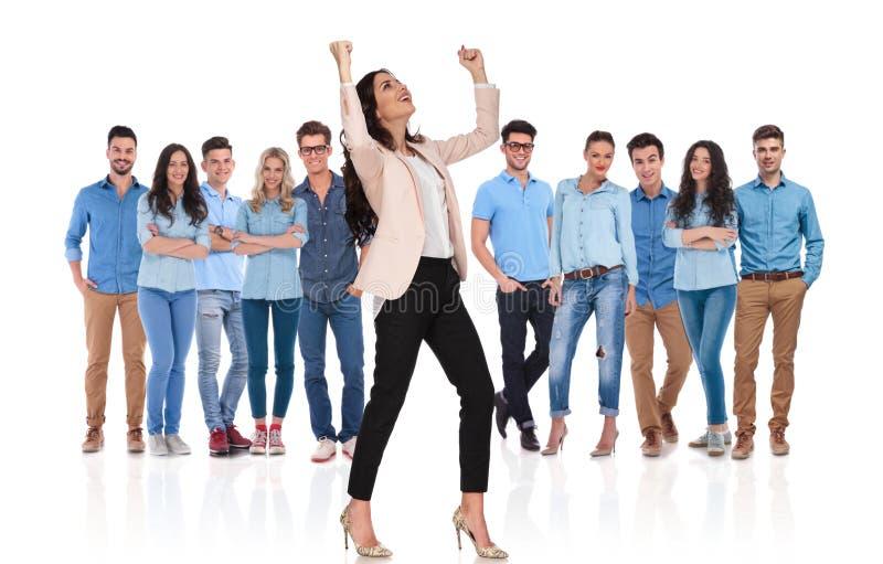 Aufgeregte feiernde Geschäftsfrau bei der Stellung vor ihr lizenzfreie stockbilder