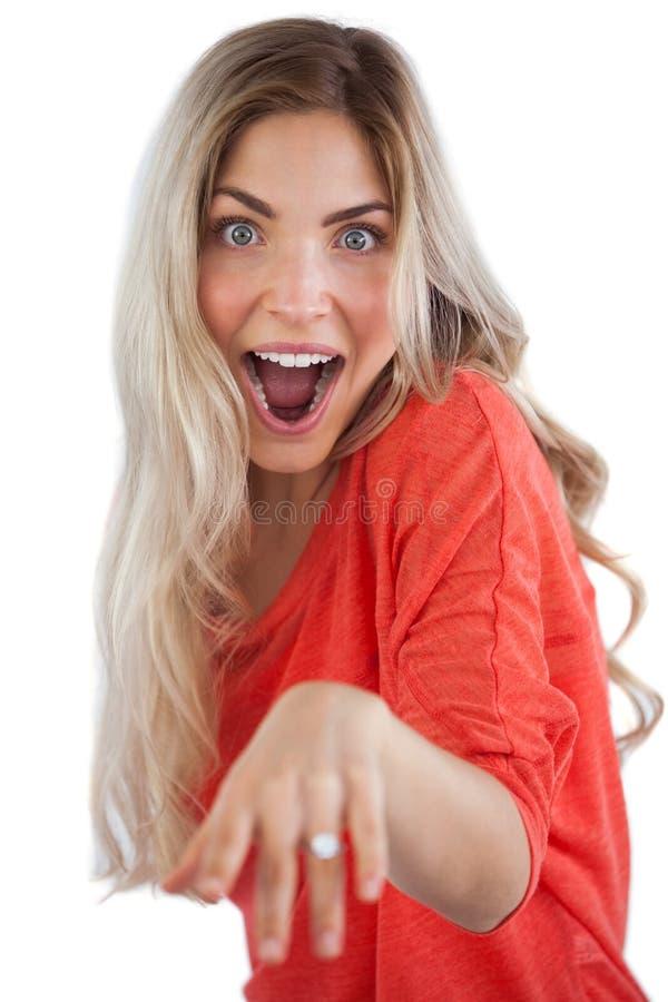 Aufgeregte Frau, die ihren Verlobungsring zeigt stockbild