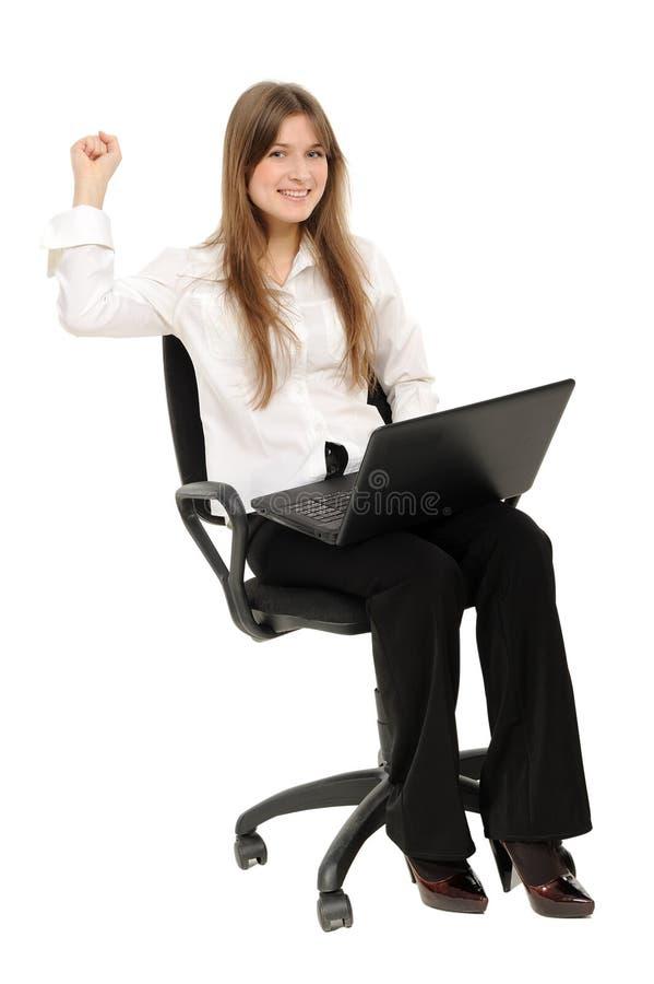 Aufgeregte Frau mit Laptop Erfolg genießend
