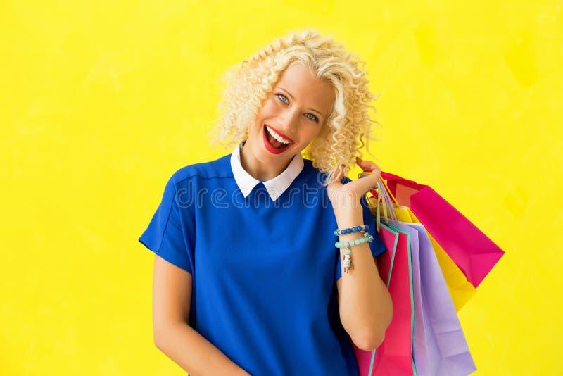 Aufgeregte Frau nach dem Einkauf stockfotografie