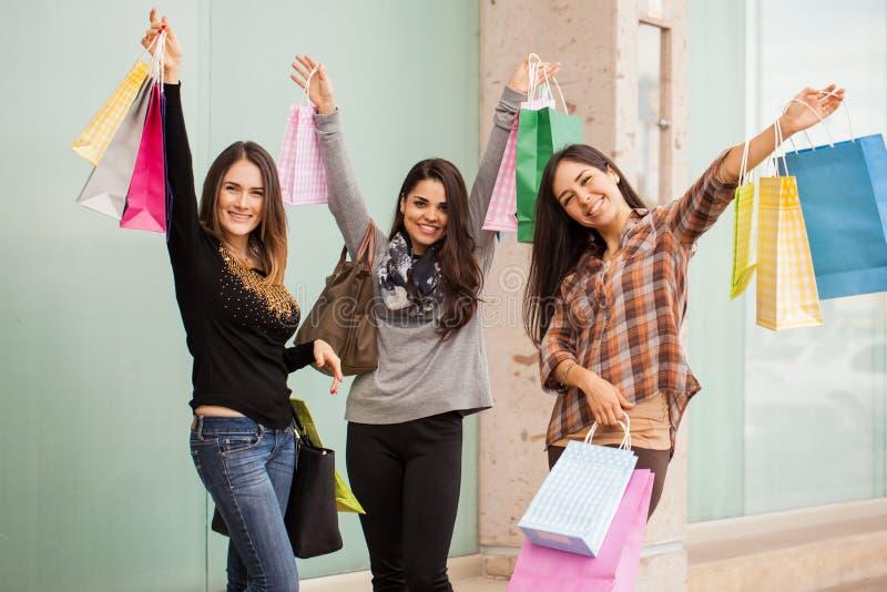 Aufgeregte Frauen auf shopping spree stockbild