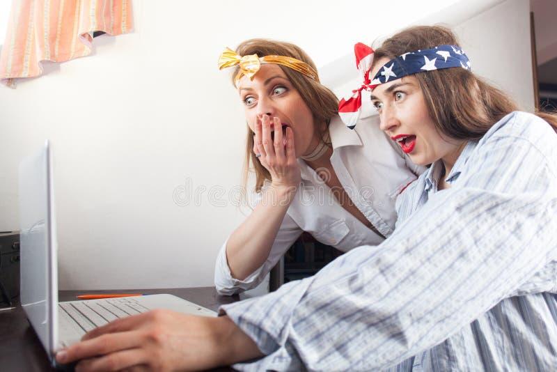 Aufgeregte Freundinnen, die das Internet surfen lizenzfreies stockfoto