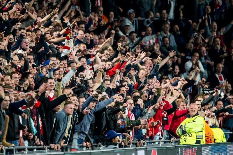 Aufgeregte Fußballfane stockbilder