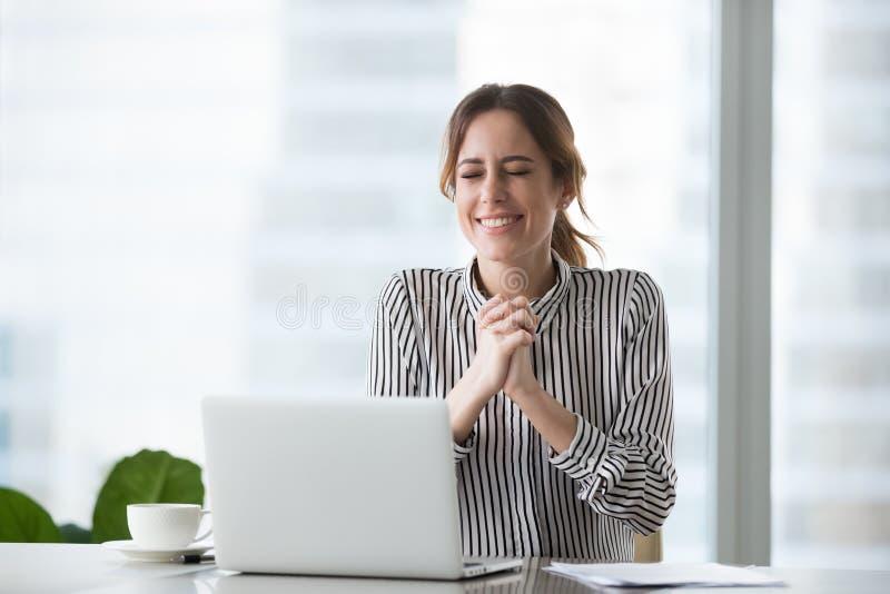 Aufgeregte Geschäftsfrau, die für Geschäftserfolg wünscht oder Sieg feiert lizenzfreies stockfoto