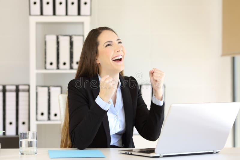 Aufgeregte Geschäftsfrau, die oben Büro betrachtet lizenzfreie stockbilder