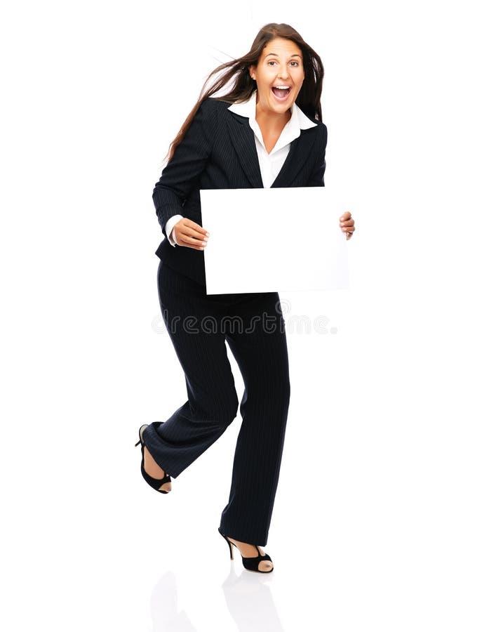 Aufgeregte Geschäftsfrau, die Zeichen hält stockfotografie
