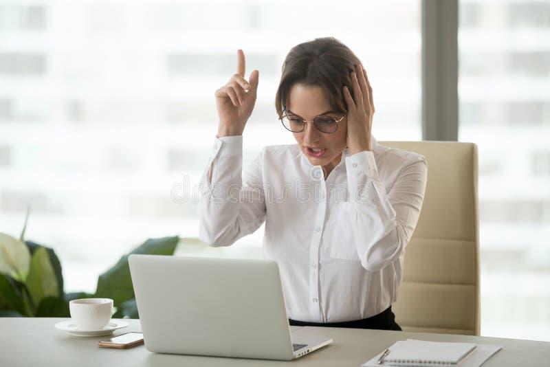 Aufgeregte Geschäftsfrau erhielt neue Ideen- oder Geschäftslösung bei der Arbeit stockfoto