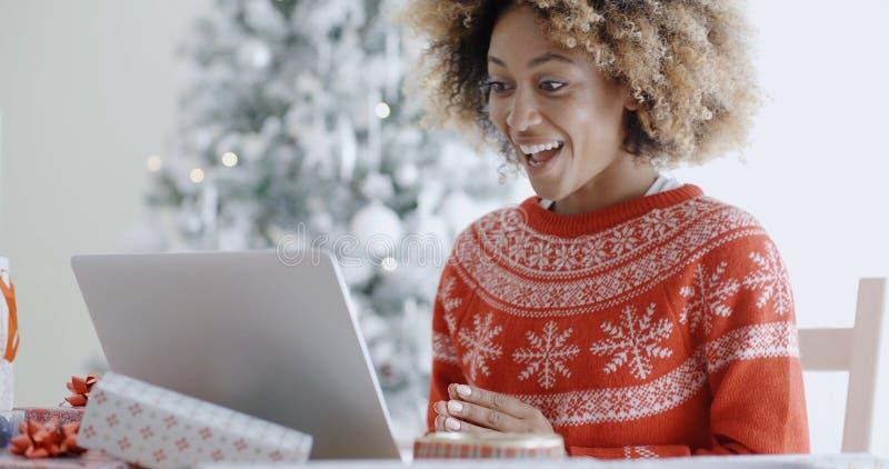 Aufgeregte glückliche junge Frau am Weihnachten stockbild
