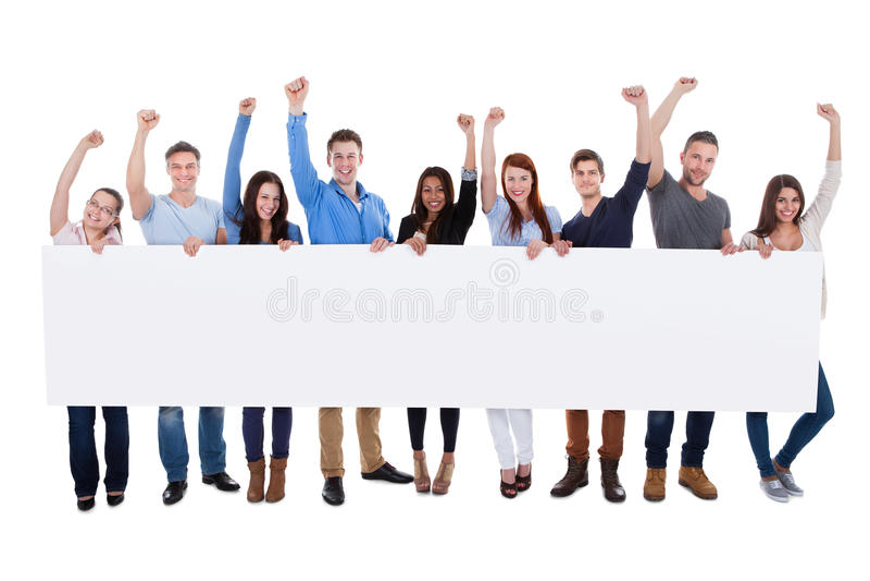 Aufgeregte Gruppe verschiedene Leute, die Fahne halten stockfotografie