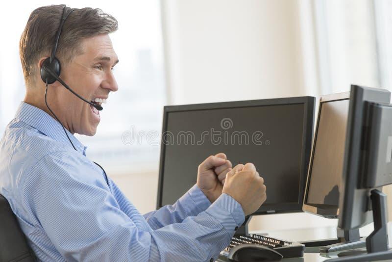 Aufgeregte Händler-Screaming While Using-Mehrfachverbindungsstellen-Computer lizenzfreies stockfoto