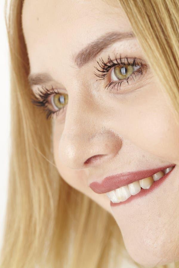 Aufgeregte junge attraktive Frau beißt auf ihrer Lippe lizenzfreie stockfotografie