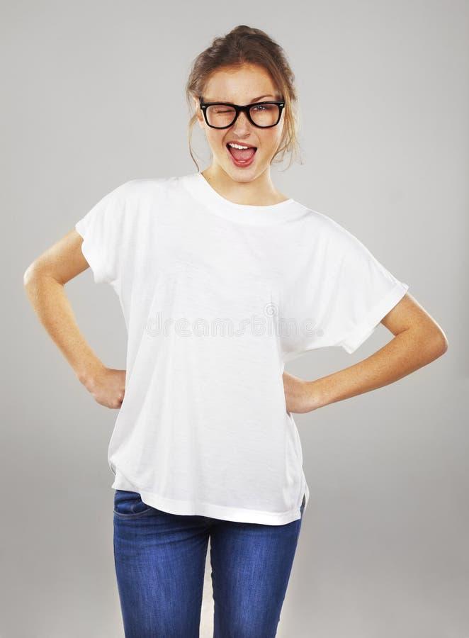 Aufgeregte junge Frau beim Glasblinzeln lizenzfreies stockfoto