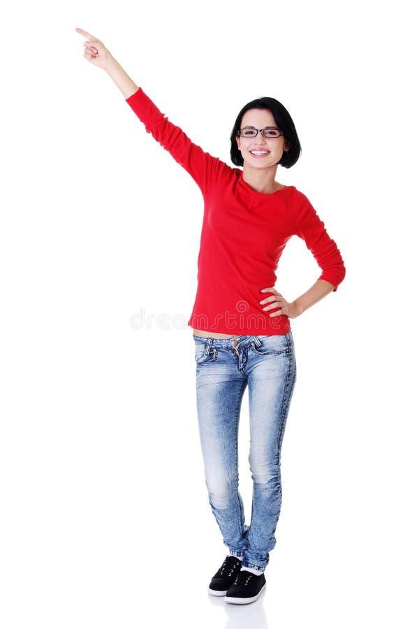 Download Aufgeregte Junge Frau, Die Auf Exemplarplatz Zeigt Stockfoto - Bild von blick, bekanntmachen: 27729242