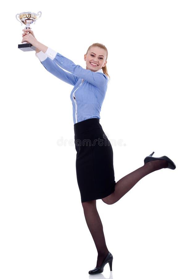 Aufgeregte junge Geschäftsfrau, die eine Trophäe gewinnt stockbilder